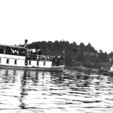 Tokedølen og Turist ved Dalsfossdammen etter anlegget 1903. Langmo i bakgrunnen.