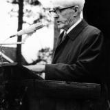 Hans Mjelland taler på bygdetunet i Sannidal